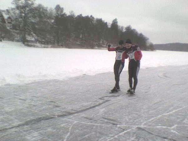 Sollentunaloppet 22 feb 2009, Måns och Patrik delar 4:e-platsen. Mobilkamerafoto: Catharina Ehrlich.